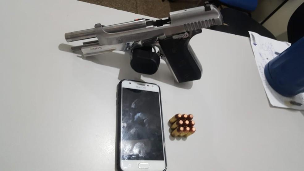 A arma do policial, uma pistola ponto 40, foi apreendida (Foto: Lorena Segala/TV Centro América)