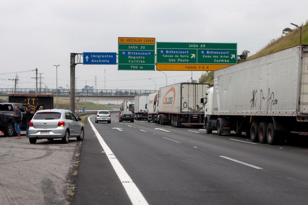 Caminhões são vistos no acostamento da Rodovia Rodoanel Mário Covas, na região de Embu das Artes (SP), durante protesto de caminhoneiros (Foto: Marcelo Brandt/G1)