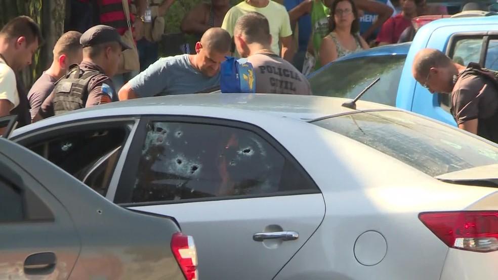 Carro foi perfurado por diversos disparos — Foto: Reprodução / GloboNews