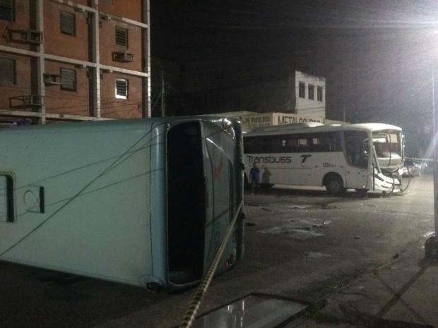 Colisão entre dois ônibus em Fortaleza deixa um veículo capotado (Foto: Valdir Almeida/G1)