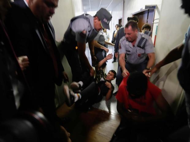 Confronto entre manifestantes e polícia durante protesto contra a Salva de Prata, uma homenagem à Ronda Tobias de Aguiar (ROTA), realizada no plenário da Câmara Municipal de São Paulo (SP) (Foto: Alice Vergueiro/Futura Press/Estadão Conteúdo)