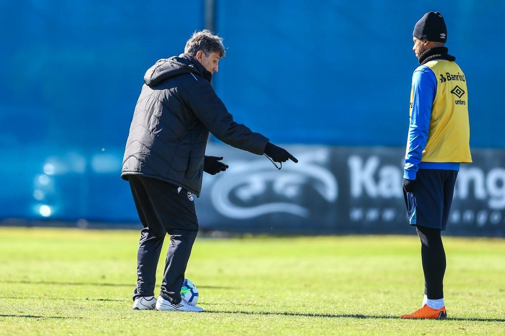 Renato dá orientações a André (Foto: Lucas Uebel/Grêmio)