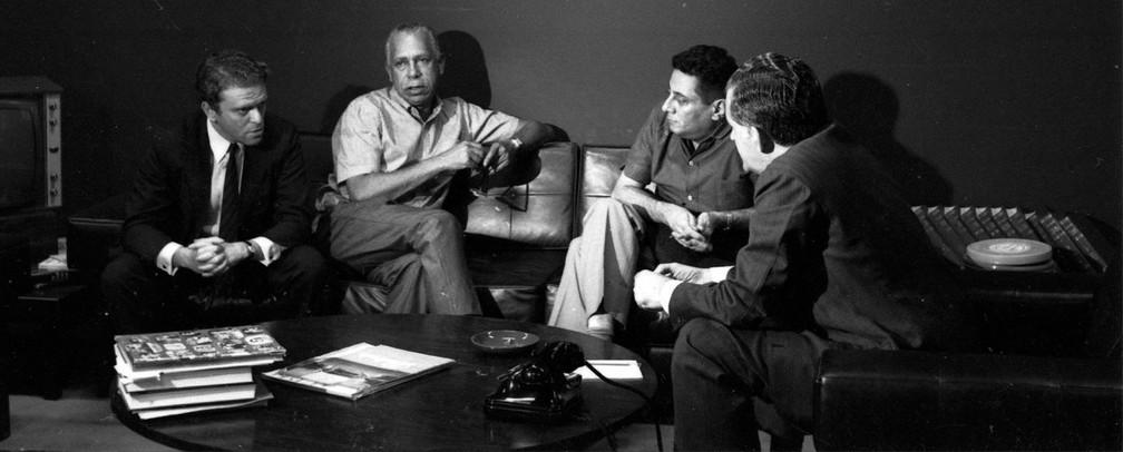 Maurício Sherman durante reunião com Haroldo Barbosa, Max Nunes e Rubens Amaral na TV Globo em 1965 — Foto: CEDOC/TV Globo
