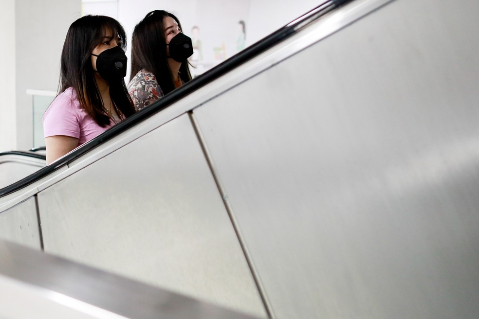 Mulheres vestindo máscaras no metrô de Manila, capital das Filipinas — Foto: Eloisa Lopez/Reuters
