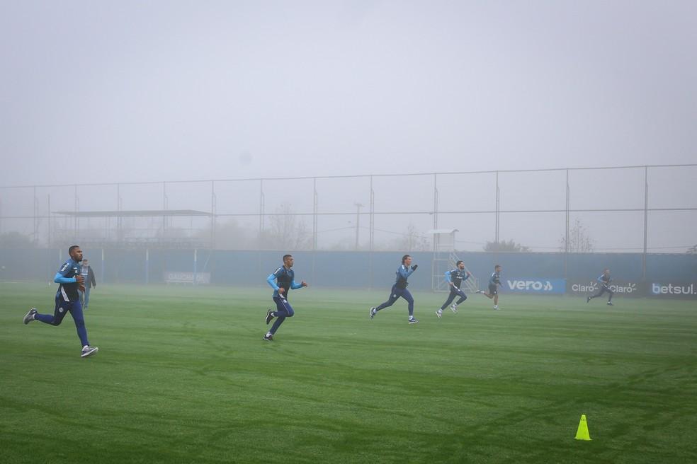 Treino físico do Grêmio sob neblina — Foto: Lucas Uebel/Grêmio