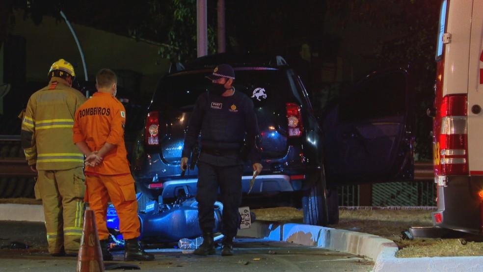 Corpo de Bombeiros atual em socorro após colisão entre carro dirigido por motorista embriagado e moto na EPNB  — Foto: TV Globo/Reprodução