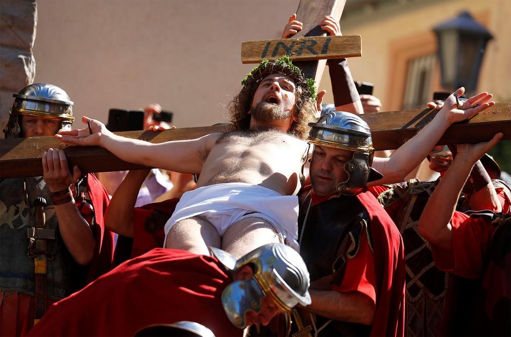 Comunidade italiana na cidade alemã de Bensheim, perto de Frankfurt, reencena a crucificação de Cristo na Sexta-Feira Santa — Foto: Kai Pfaffenbach/Reuters
