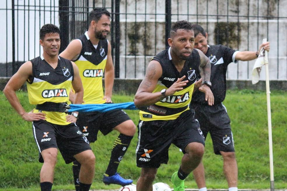 Nixon e Vitor Júnior treinam para adquirir o melhor condicionamento físico no ABC (Foto: Andrei Torres/ABC)