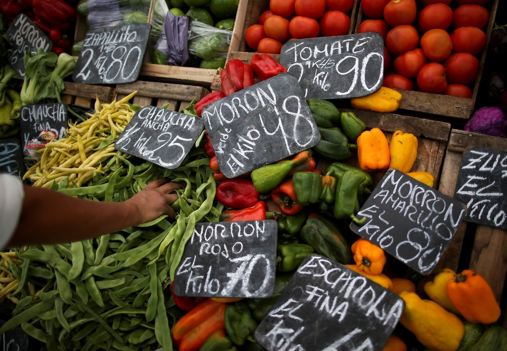 Um mesmo produto pode ter preços completamente diferentes, dependendo do local de venda — Foto: Agustin Marcarian/Reuters