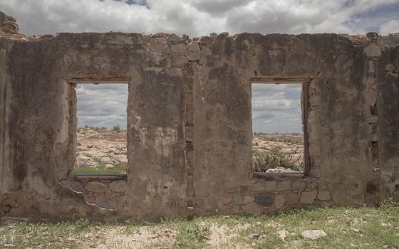 Hoje, das janelas quebradas, vê-se apenas a Caatinga minguada de uma das áreas mais secas do país. Ali, o turismo histórico é visto como um sonho de fonte de renda (Foto: DANIEL MARENCO/AGÊNCIA O GLOBO)