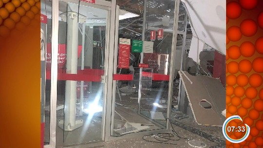 Criminosos explodem três bancos e atacam base da PM em São Bento do Sapucaí, SP