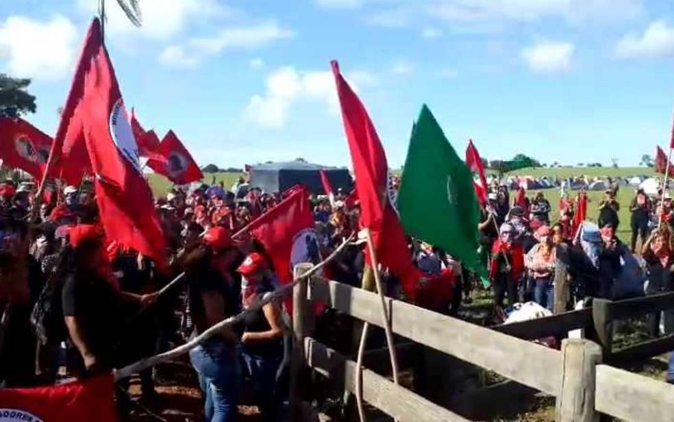 Integrantes do MST ocupam fazenda de João de Deus em Goiás — Foto: Liliane Bueno/ TV Anhanguera