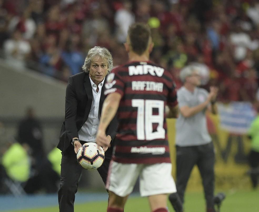 """Técnico português costuma """"jogar"""" junto com o time nos jogos — Foto: André Durão"""