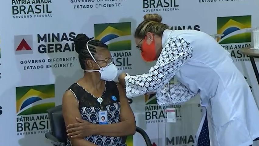 Técnica de enfermagem é a primeira pessoa vacinada contra o coronavírus em Minas Gerais: 'nossa luz no fim do túnel'