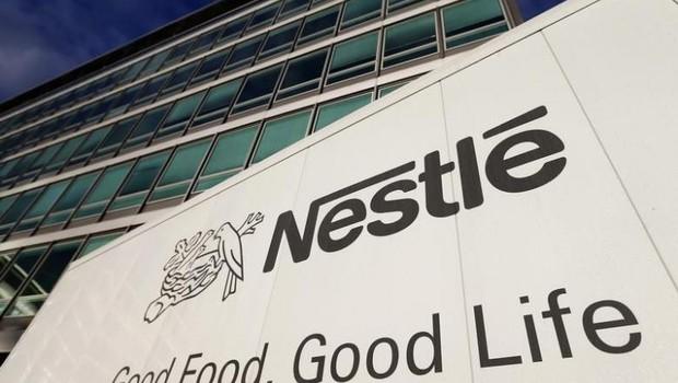 O logo da Nestlé é visto do lado de fora da sede da empresa em Vevey, na Suíça (Foto: Denis Balibouse/Reuters)