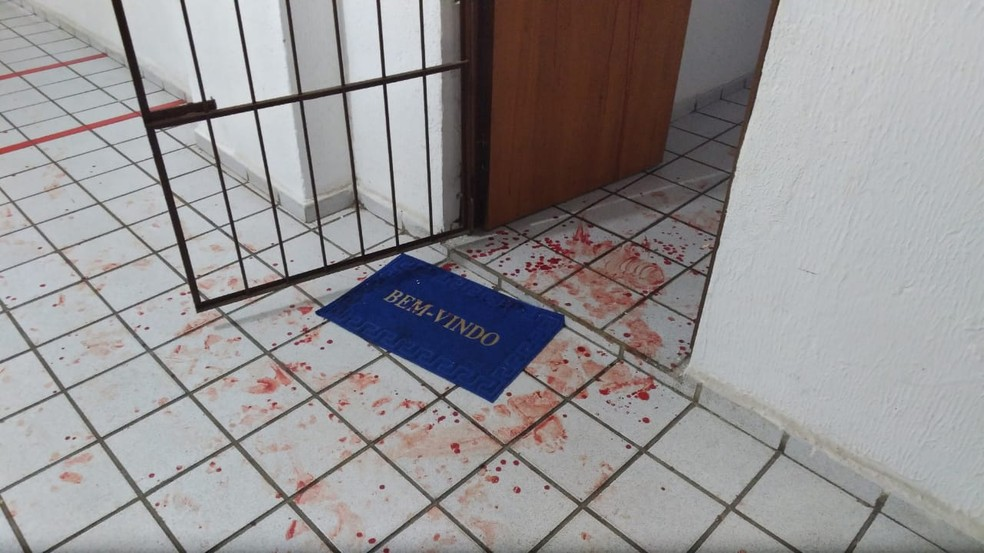Casal foi esfaqueado na porta do apartamento, quando recebia o vizinho que bateu na porta, em João Pessoa — Foto: Clara Rezende/G1