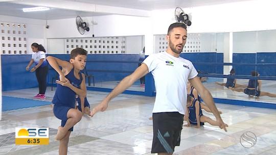 Lucas Barbosa ensina técnicas de ginástica aeróbica para crianças na Barra dos Coqueiros