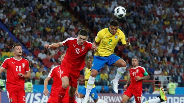 Thiago Silva sobe mais que a zaga da Sérvia para fechar o placar
