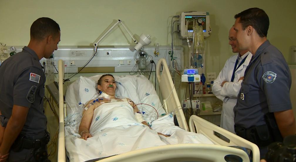 Maria Helena conheceu nesta quarta o médico e os policiais militares que transportaram o coração para transplante (Foto: Reprodução/EPTV)