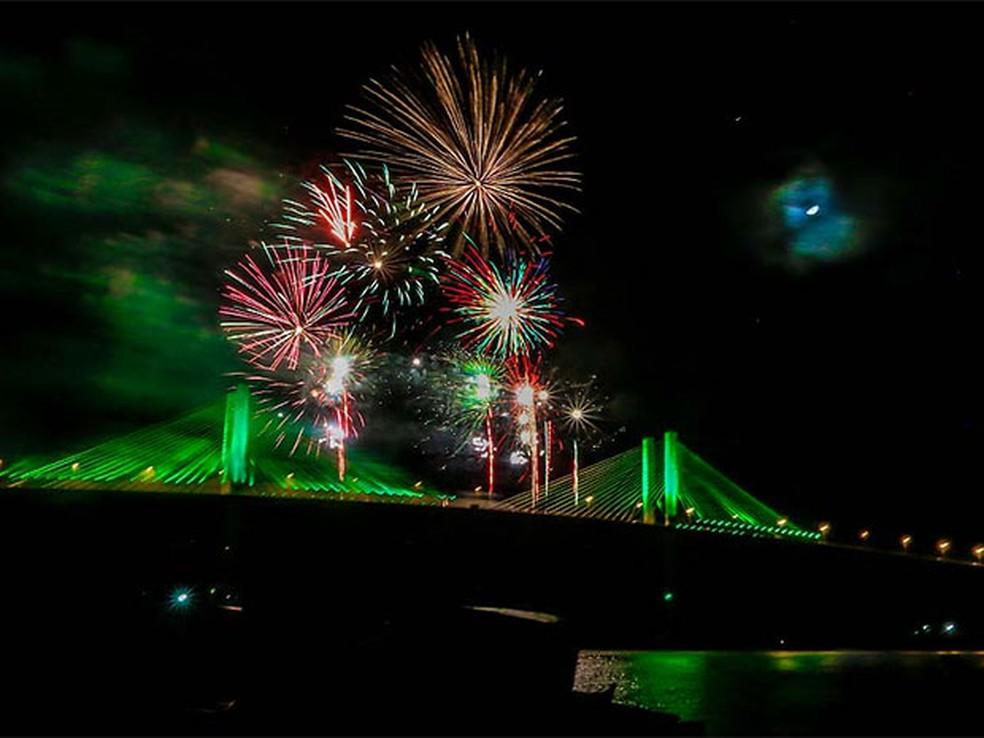 Queima de fogos na ponte Newton Navarro marcou virada do ano em Natal em 2016 (Foto: Canindé Soares/G1)