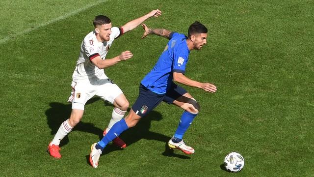 Saelemaekers tenta marcar Lorenzo Pellegrini durante Bélgica x Itália pela Liga das Nações
