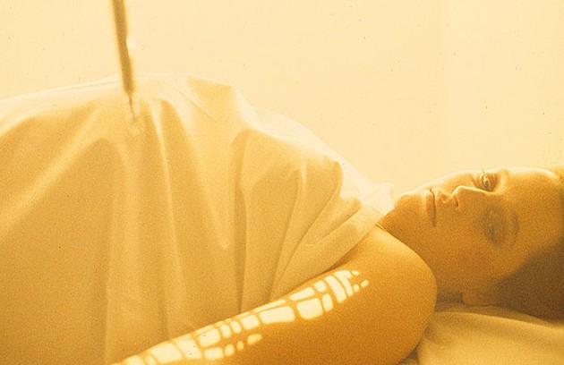 Gillian Anderson engravidou na 1ª temporada de 'Arquivo X' e a equipe precisou usar a criatividade para esconder a barriga, em 1993 (Foto: Reprodução da internet)