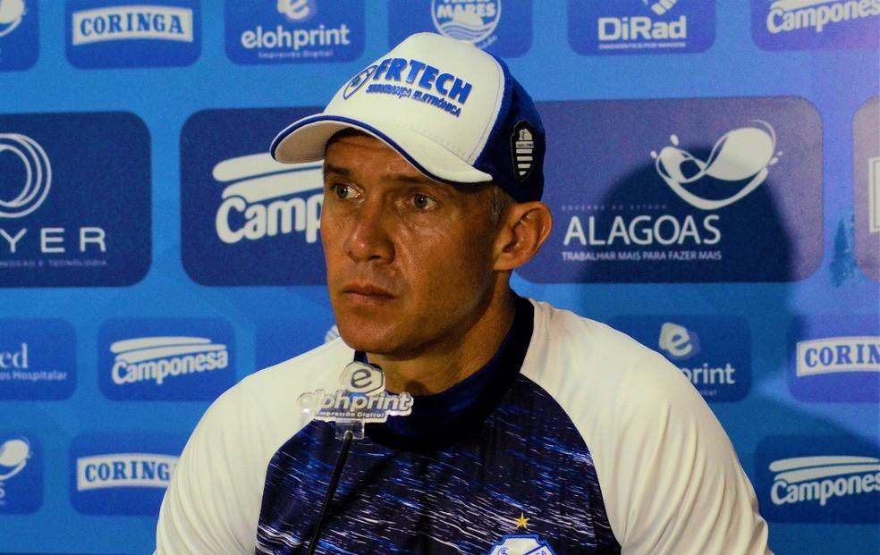 Eduardo Baptista destaca qualidades dos jogadores azulinos — Foto: Augusto Oliveira/CSA