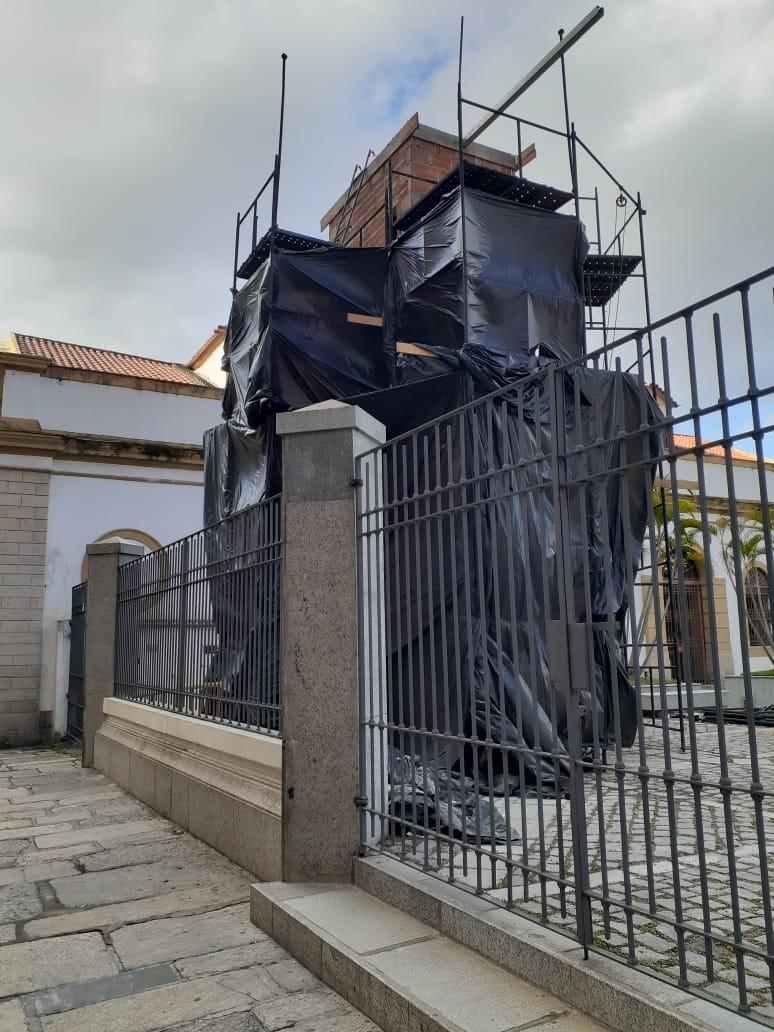 Centro Cultural dos Correios constrói torre, digamos, cenográfica, na pracinha compartilhada da Casa de Cultura França Brasil