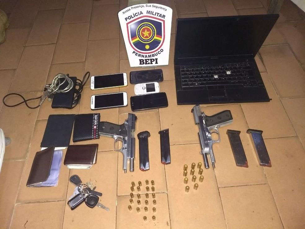 Celulares, notebook, armas e munições foram apreendidos em Buíque (Foto: Bepi/Divulgação)