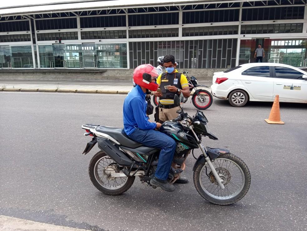 Fiscalização e aplicação de multas começaram em cidades atingidas pelo lockdown no Pará. — Foto: André Laurent/TV Liberal