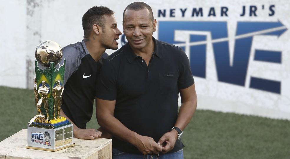 Pai de Neymar está em Barcelona, en quanto craque segue na China (Foto: AFP)