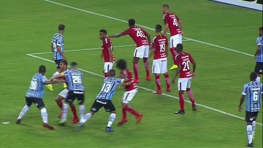 """Após vitória no Gre-Nal, Matheus Henrique lamenta expulsão do amigo Nonato: """"Triste"""""""