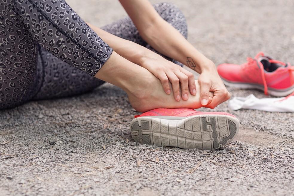 Alongamento passivo para flexão / extensão do dedo do pé  — Foto: Istock Getty Images