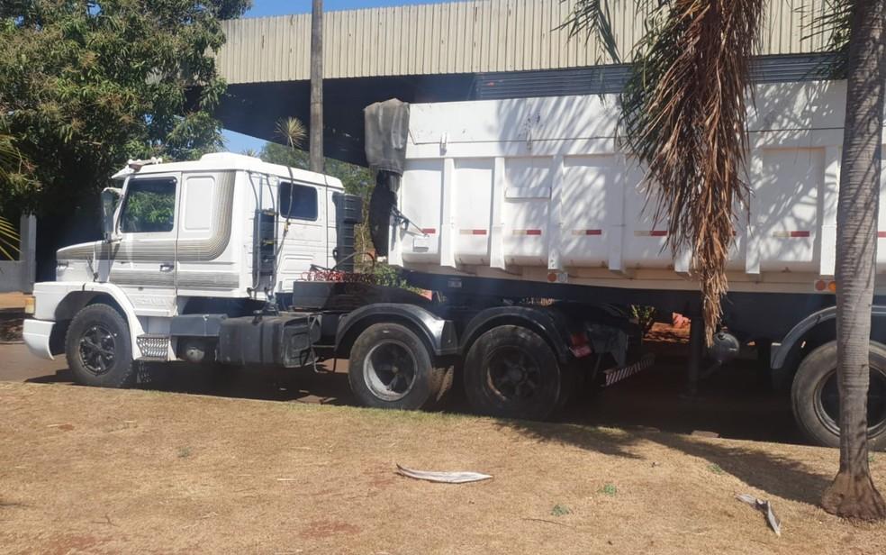 Caminhão com restrição de roubo foi apreendido com os suspeitos, em Itumbiara— Foto: Polícia Civil/Divulgação