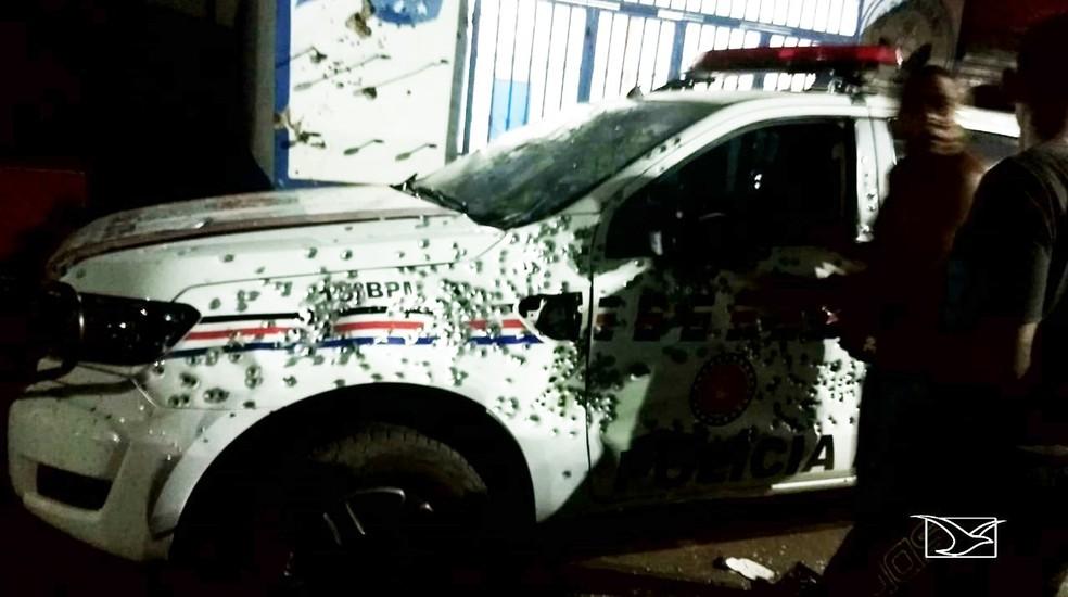 Viatura da Polícia Militar foi atingida por vários disparos. — Foto: Reprodução/TV Mirante