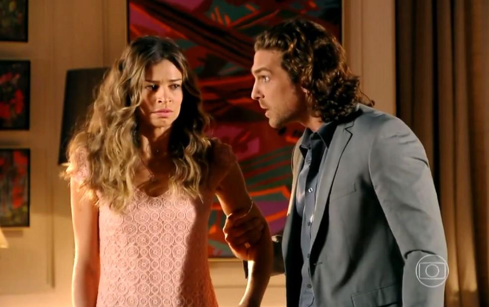 Alberto (Igor Rickli) manda Ester (Grazi Massafera) esquecer o divórcio - 'Flor do Caribe' — Foto: Globo