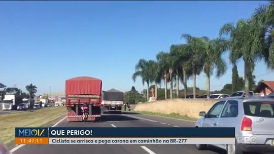 Vídeo mostra ciclista fazendo manobra perigosa atrás de caminhão na BR-277