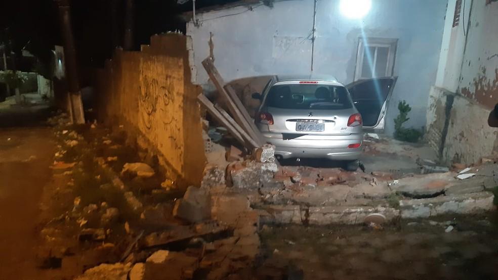 Criminosos perderam o controle do veículo e bateram em muro de casa em Mãe Luíza, Zona Leste de Natal, nesta quarta (29) — Foto: Sérgio Henrique Santos/Inter TV Cabugi