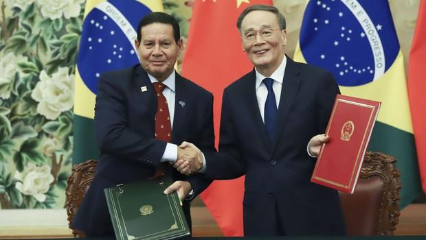 Vice-presidente da República, Hamilton Mourão e vice-presidente da China, Wang Qishan (Foto: Adnilton Farias / VPR)