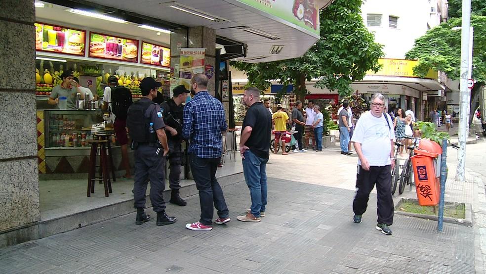 PM chega em lanchonete onde teve tiroteio após assalto (Foto: Reprodução/ TV Globo)