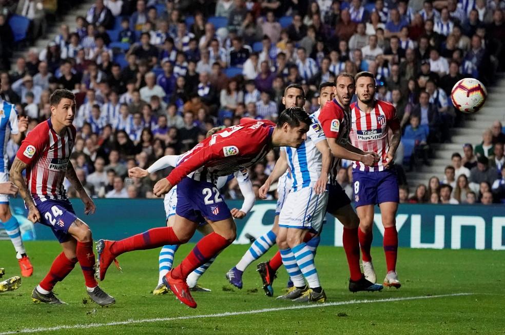 Morata cabeceia para fazer o primeiro gol do Atlético de Madrid sobre a Real Sociedad — Foto: REUTERS/Vincent West