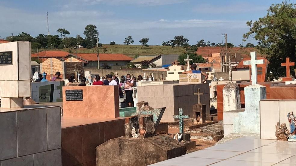 Vítimas de acidente em Taguaí são enterradas em Itaí — Foto: Carlos Dias/G1
