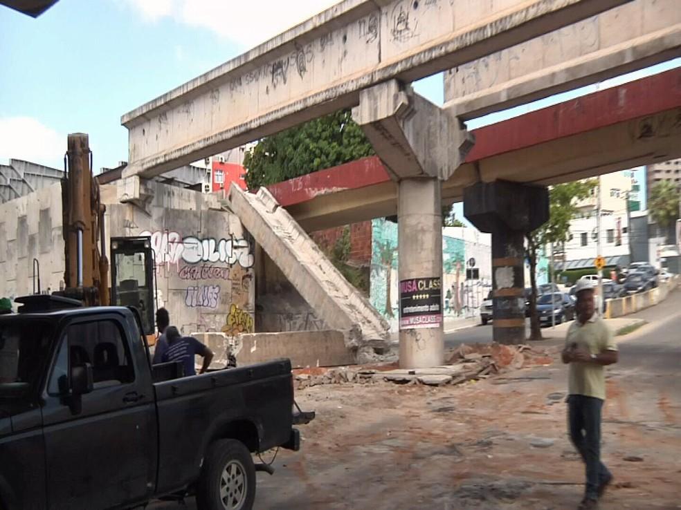 Viga caiu durante a madrugada. Ninguém ficou ferido, segundo a Seinfra. (Foto: Reprodução/TV Verdes Mares)