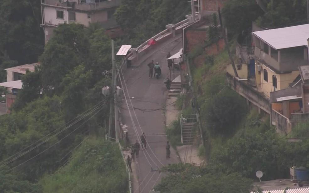 PM faz operação nos morros dos Prazeres e Fallet/Fogueteiro, em Santa Teresa,  no Centro do Rio — Foto: Reprodução/TV Globo