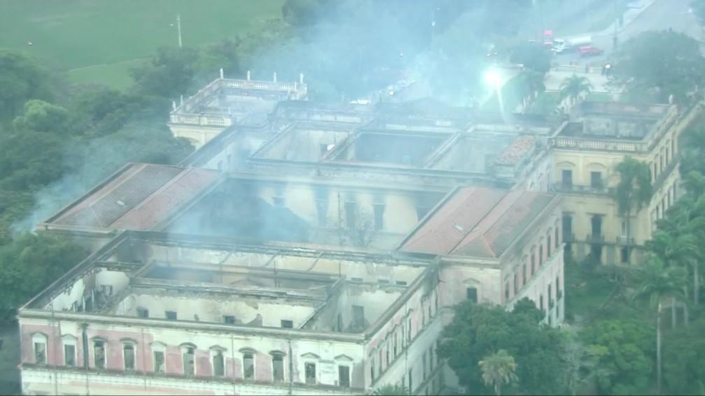 Bombeiros seguem no trabalho de rescaldo da estrutura do Museu Nacional (Foto: Reprodução/ TV Globo)