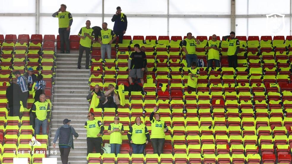 Torcedores Huddersfield ganham camisa em forma de agradecimento — Foto: Reprodução/Twitter
