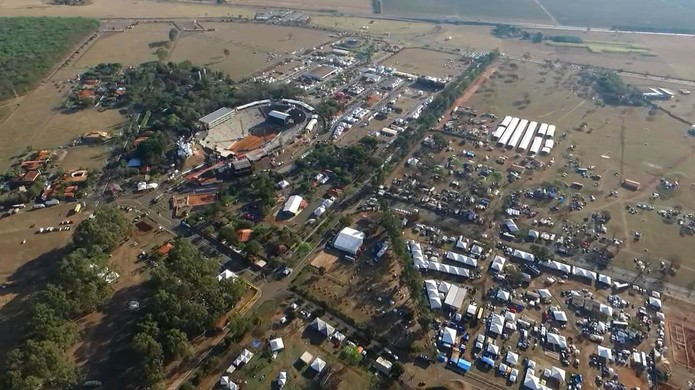 Camping do Parque do Peão de Barretos, SP, fica localizado na parte baixa da foto, à direita  — Foto: GF Drone