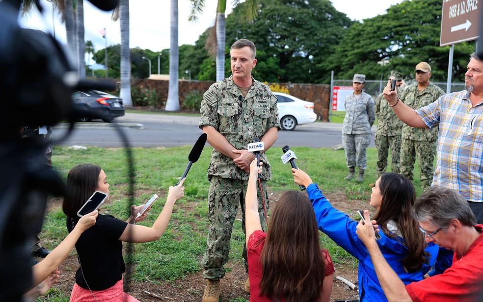 O contra-almirante da Marinha dos EUA, Robb Chadwick, fala à mídia no portão principal de Pearl Harbor — Foto: Marco Garcia / AP Photo