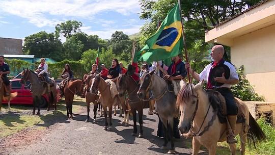 'Cavalgadas do Bem' percorrem cidades do RS recolhendo alimentos