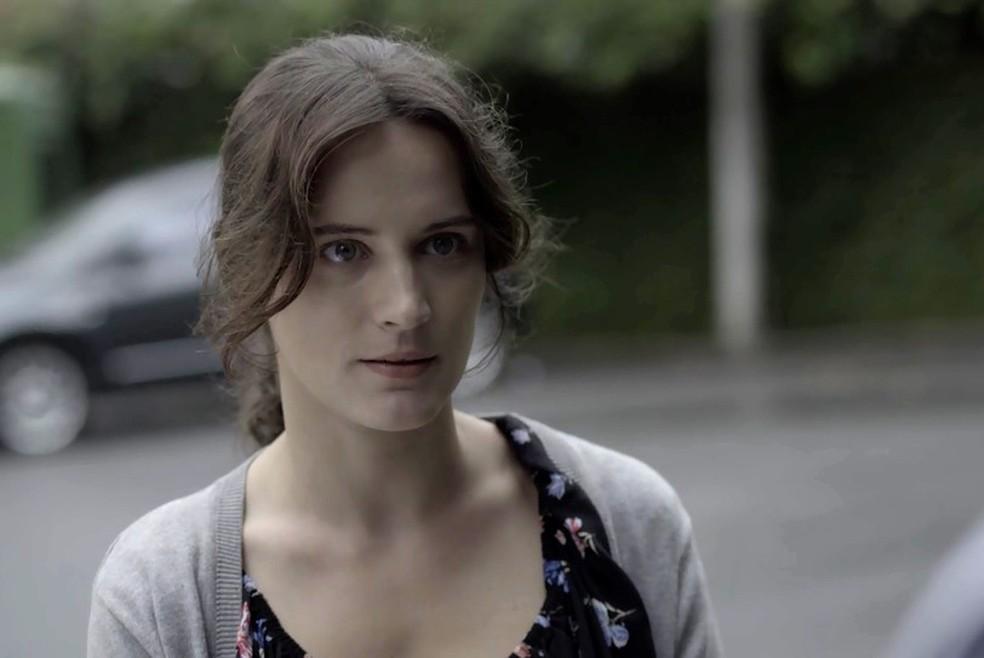 Clara chega em mansão da família de Beatriz (Foto: TV Globo)